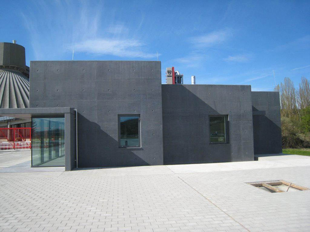 Versandgebäude mit anthrazit eingefärbtem Sichtbeton