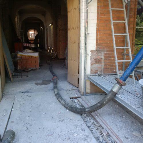 Bild 1: Schlauchführung in das Gebäudeinnere