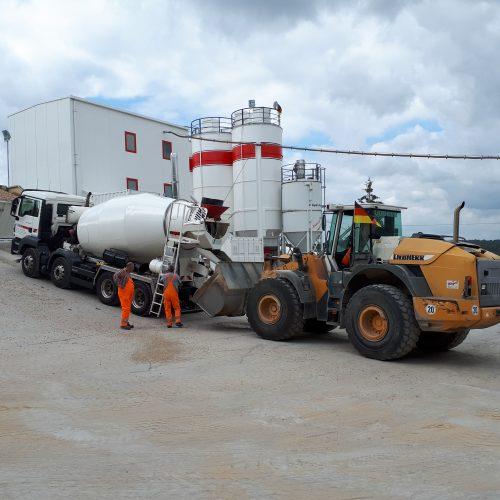 Bild 3: Entnahme einer Betonprobe zur Qualitätssicherung im Lieferwerk